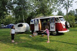 Camping Bulli mit Kindern ©Regenbogen