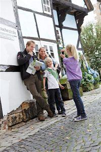 Reise und Pauschalangebote Familie vor Schiefes Haus III